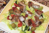 Mediterraner Salat mit Thunfischfilet